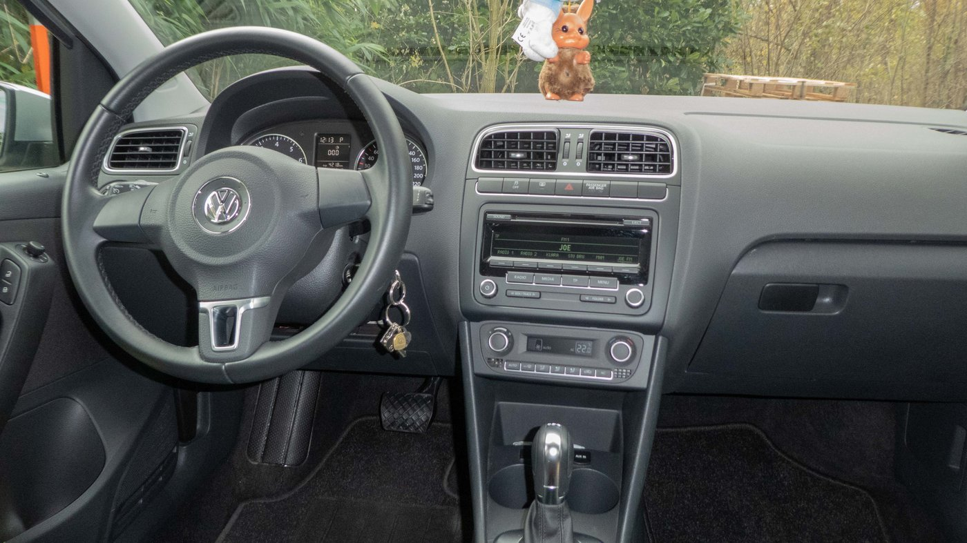 201125 VW Polo 11 dashboard.jpg